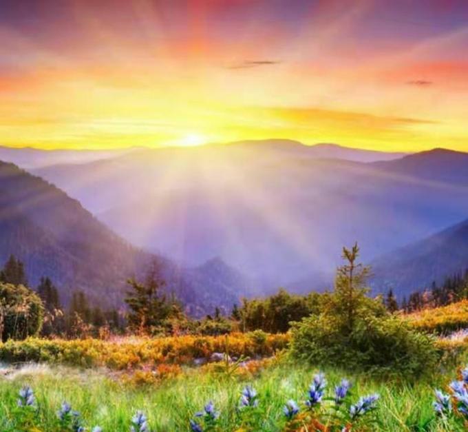 人与日月在,类依天地存;命融山水于一体,运归地球村。